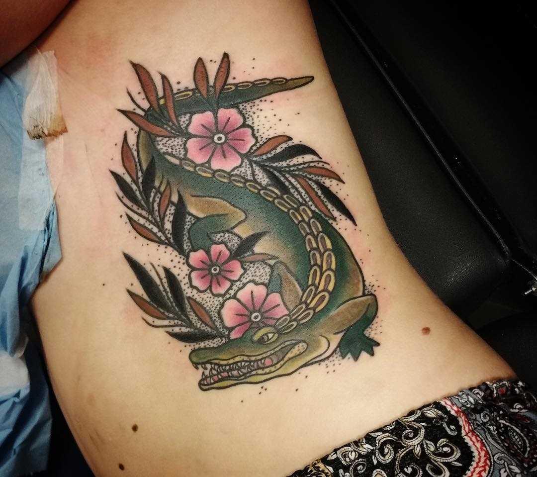 Tatuagem de crocodilo ao lado de meninas