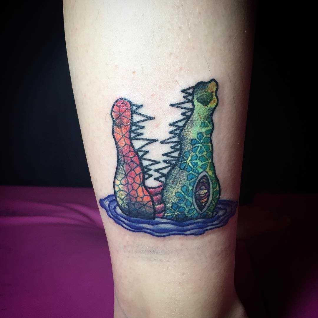 Tatuagem de crocodilo sobre a perna de um cara