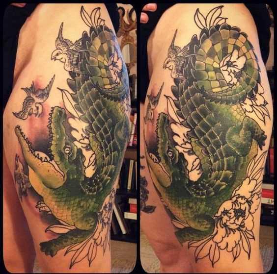 Tatuagem de crocodilo sobre a sua coxa tem um cara