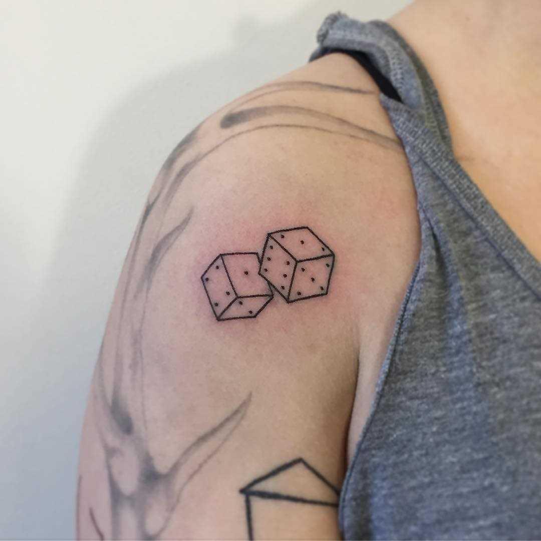 Tatuagem de cubos no ombro do cara