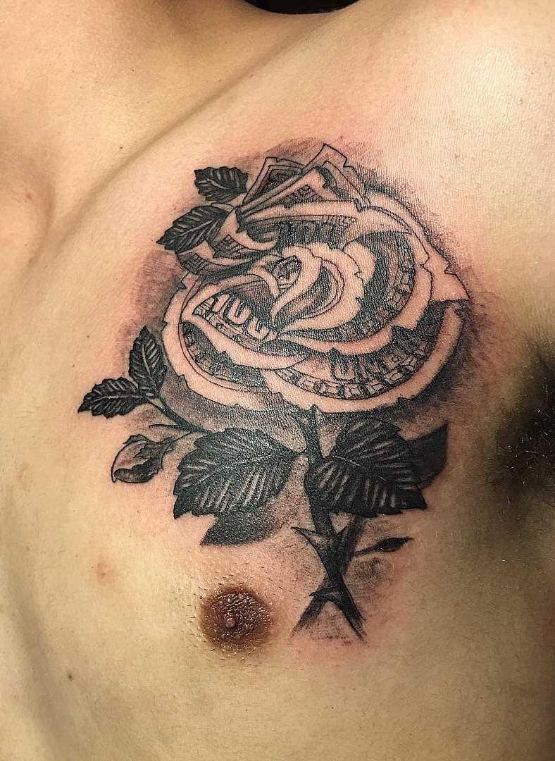 Tatuagem de dinheiro em forma de uma rosa sobre o peito do cara