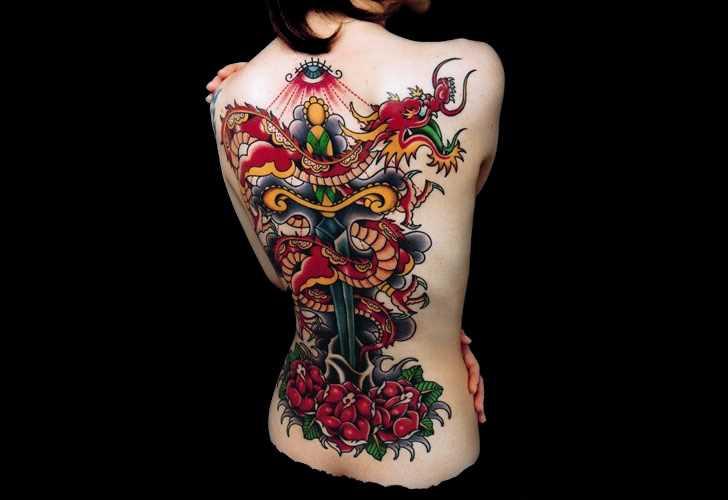 Tatuagem de dragão, e um punhal no estilo oldschool na parte de trás da menina