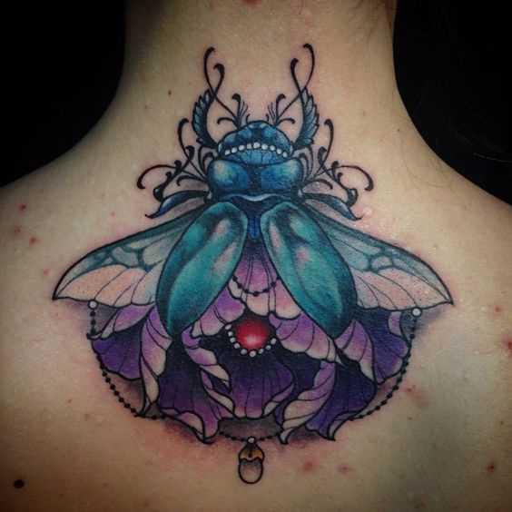 Tatuagem de escaravelho na parte de trás da menina