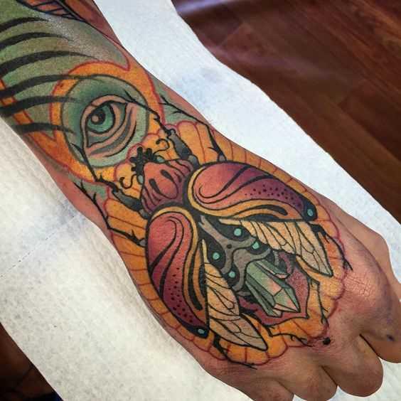 Tatuagem de escaravelho no pincel cara
