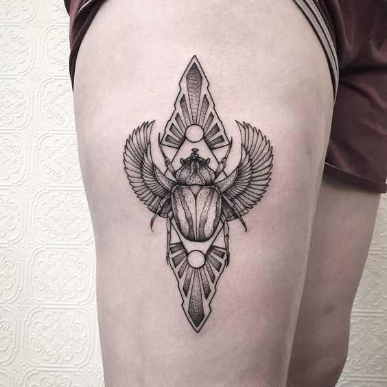 Tatuagem de escaravelho no quadril da menina