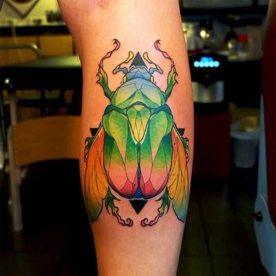 Tatuagem de escaravelho sobre a perna da menina