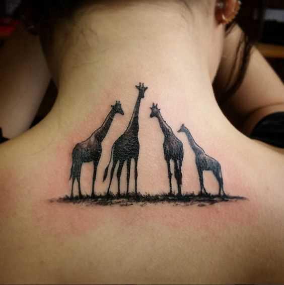 Tatuagem de girafas no pescoço da menina