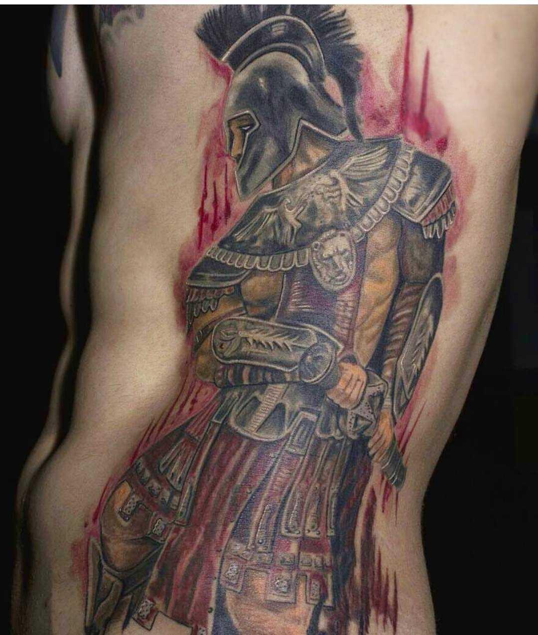 Tatuagem de gladiador ao lado de um cara