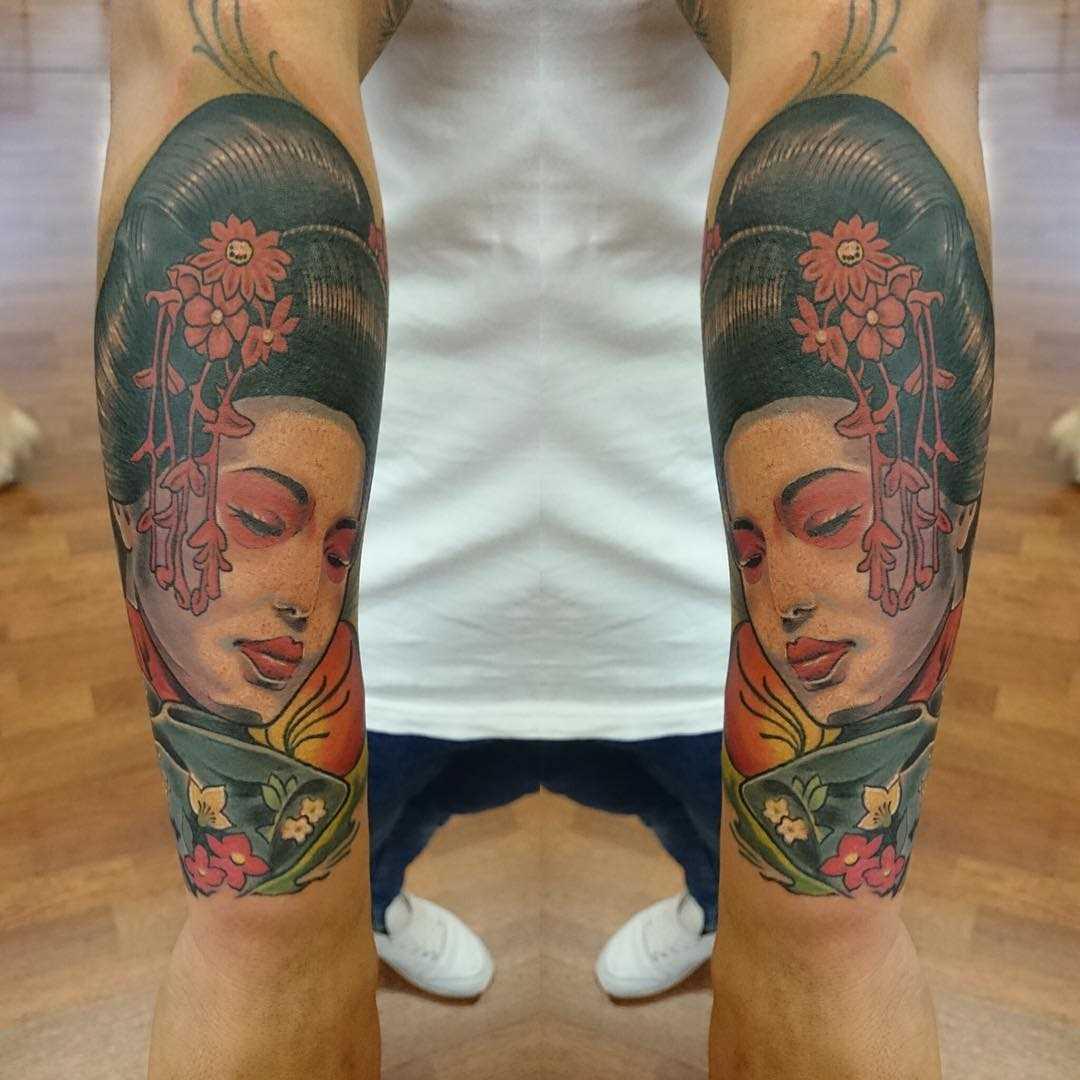 Tatuagem de gueixa no antebraço cara