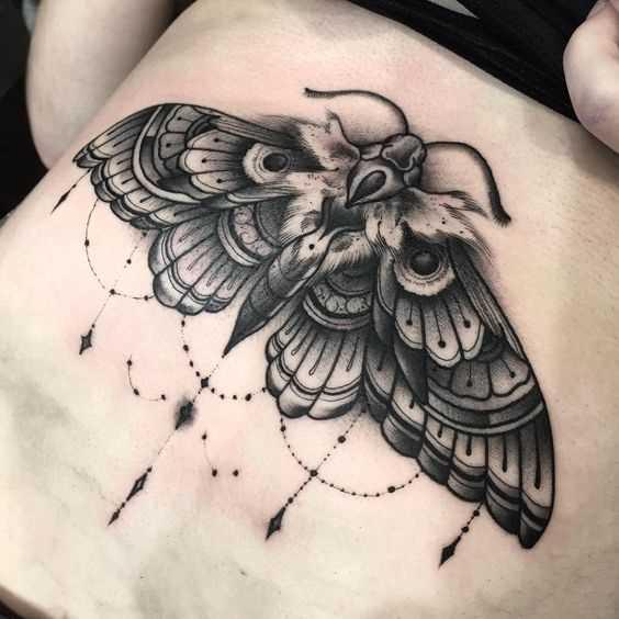 Tatuagem de inseto na barriga da menina