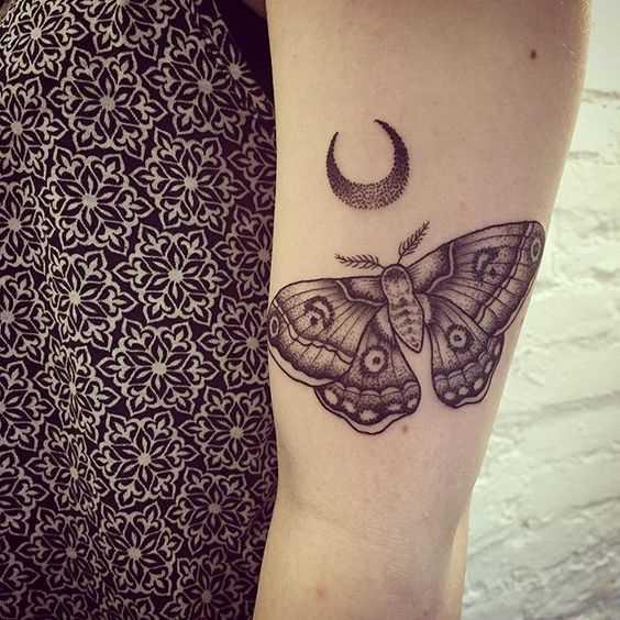 Tatuagem de inseto na mão da mulher