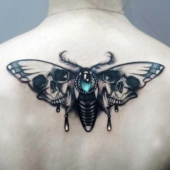 Tatuagem de inseto na parte de trás da menina