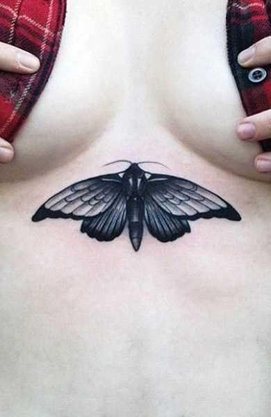 Tatuagem de inseto no peito da menina
