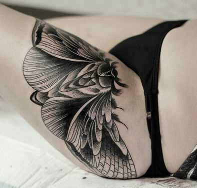 Tatuagem de inseto no quadril da mulher