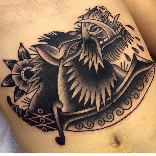Tatuagem de javali na barriga do cara