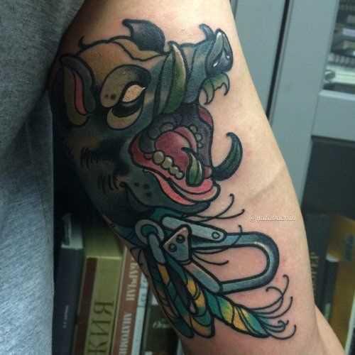 Tatuagem de javali na mão de um cara