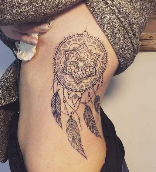Tatuagem de joss apanhador de sonhos ao lado de meninas