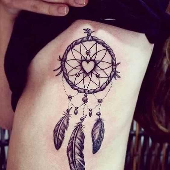 Tatuagem de joss apanhador de sonhos ao lado de uma menina