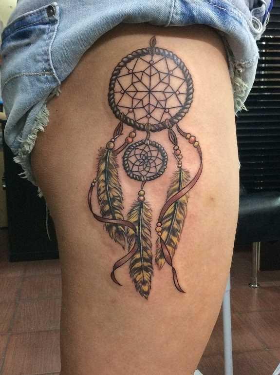 Tatuagem de joss apanhador de sonhos na coxa da menina