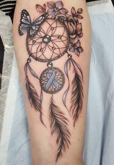 Tatuagem de joss apanhador de sonhos no antebraço da menina
