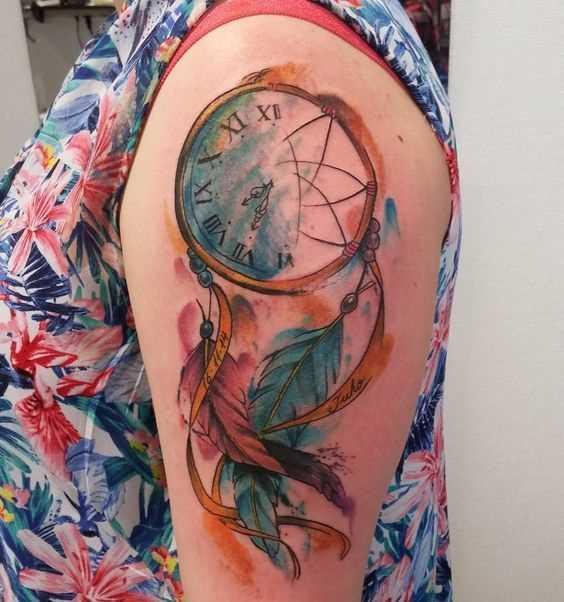 Tatuagem de joss apanhador de sonhos no ombro da menina