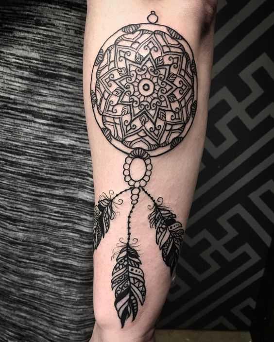 Tatuagem de joss apanhador de sonhos sobre a perna da mulher