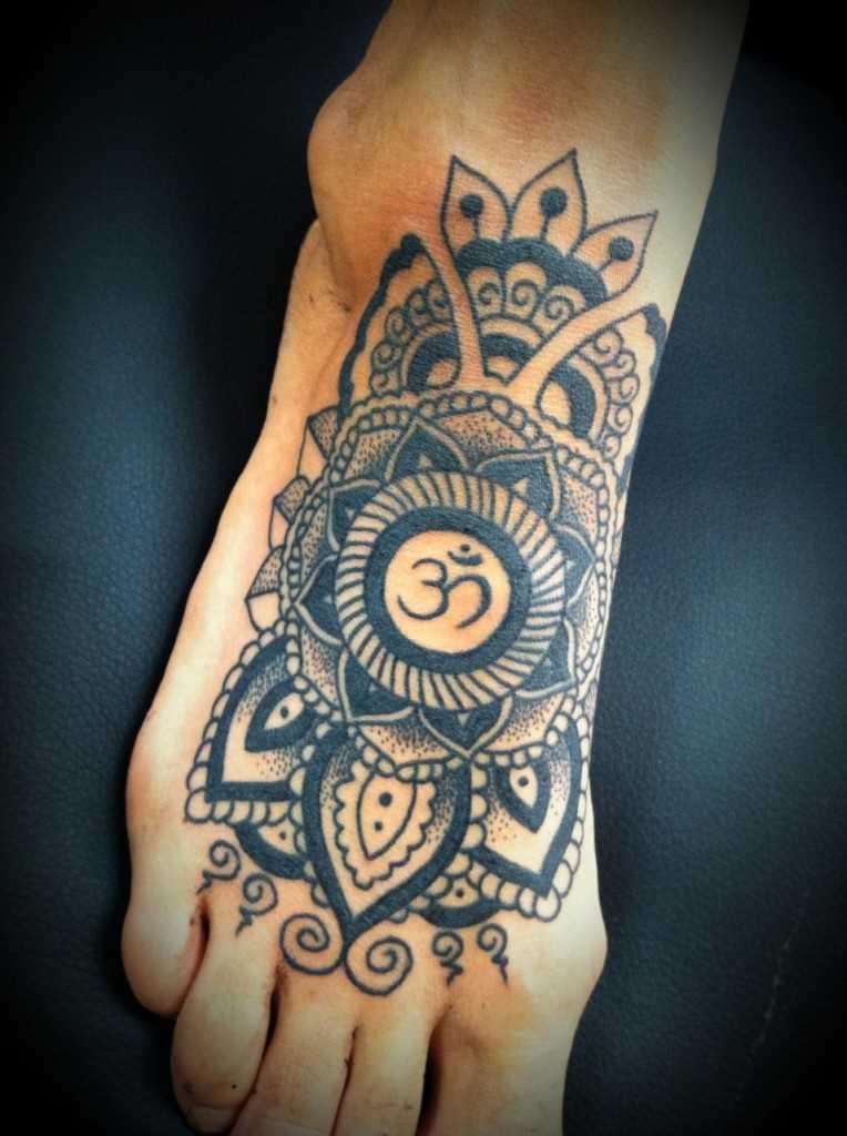 Tatuagem de joss ohm na planta do pé do cara