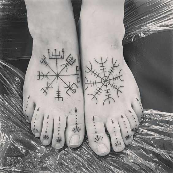 Tatuagem de joss os vikings no ponto de apoio da mulher