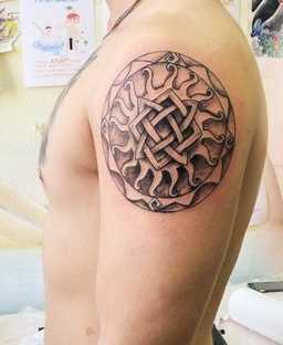 Tatuagem de joss quadrado svarog no ombro de homens