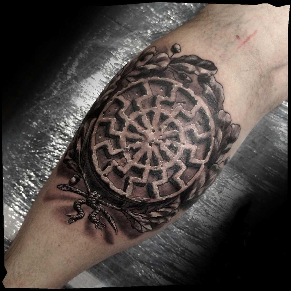 Tatuagem de joss sol negro sobre a perna de homens