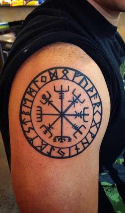 Tatuagem de joss vikings no ombro do cara