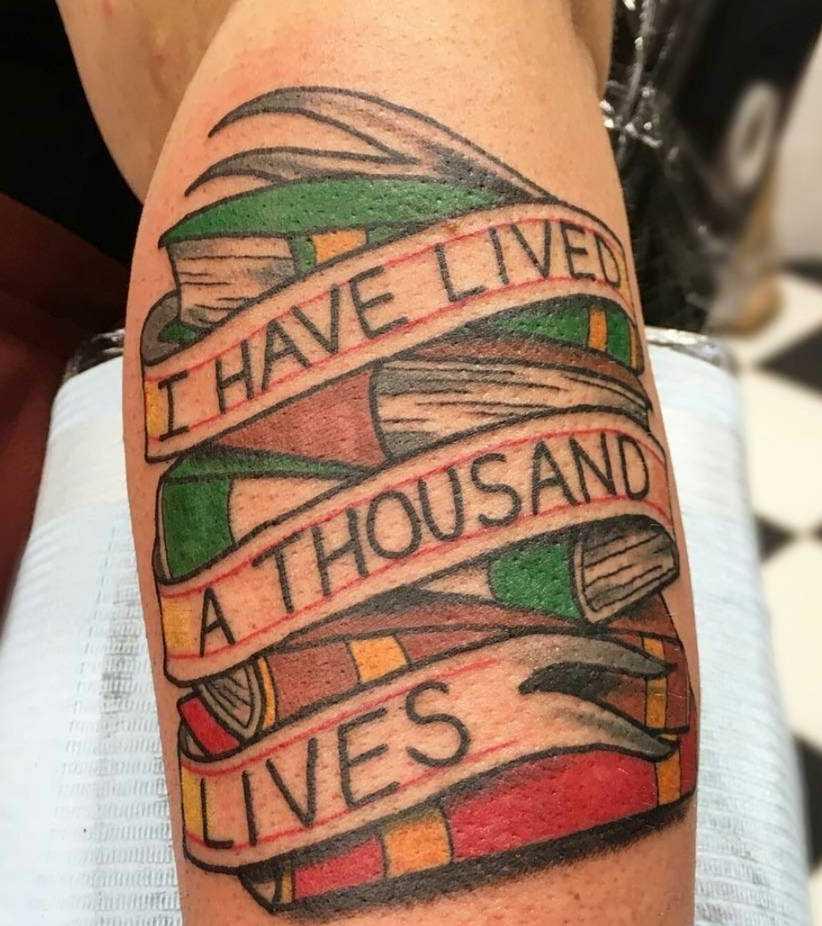 Tatuagem de livros com a inscrição no antebraço cara
