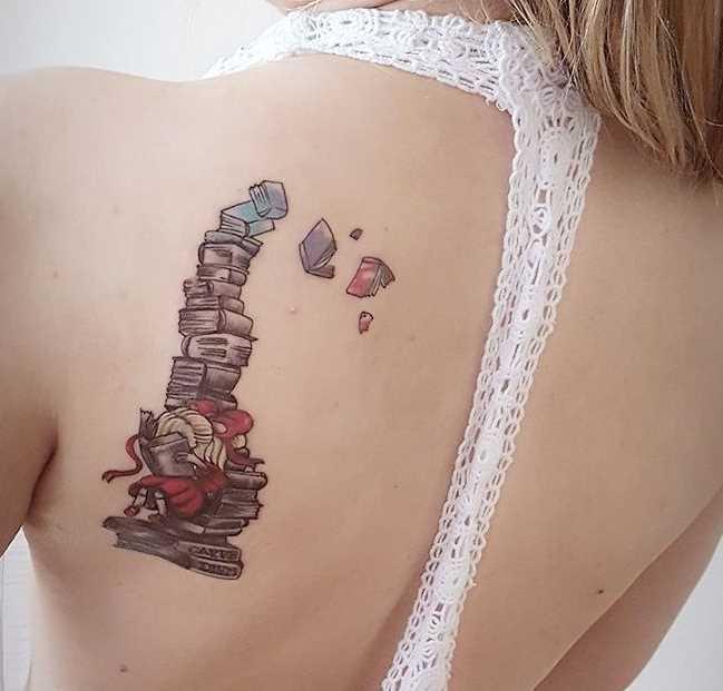 Tatuagem de livros com a menina blade menina