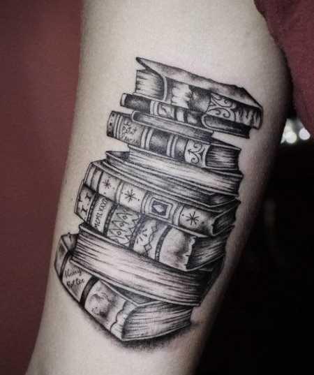 Tatuagem de livros na mão da mulher