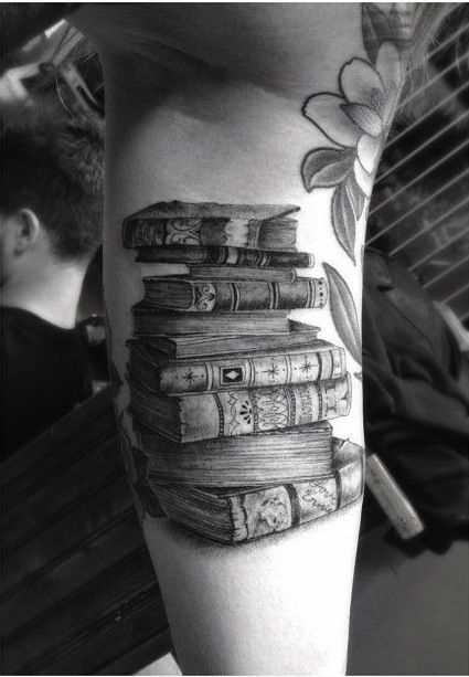 Tatuagem de livros na mão do cara