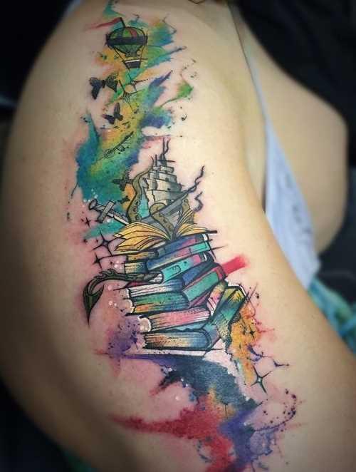 Tatuagem de livros sobre o quadril da menina