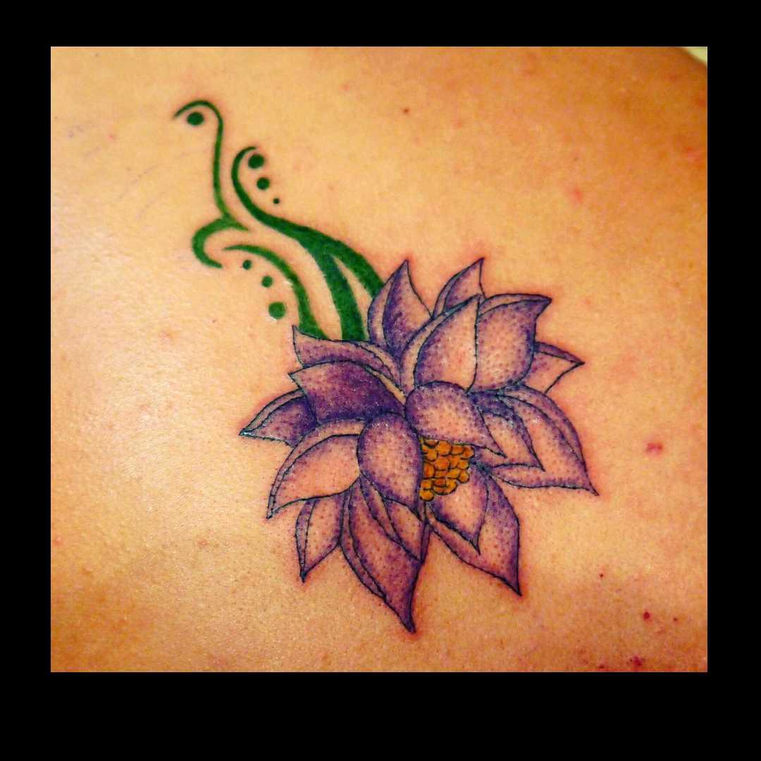 Tatuagem de lótus no cóccix, as meninas