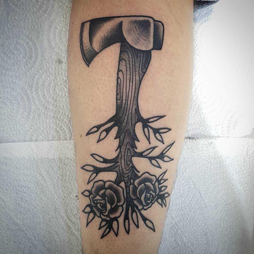 Tatuagem de machado de assis sobre a perna de um cara