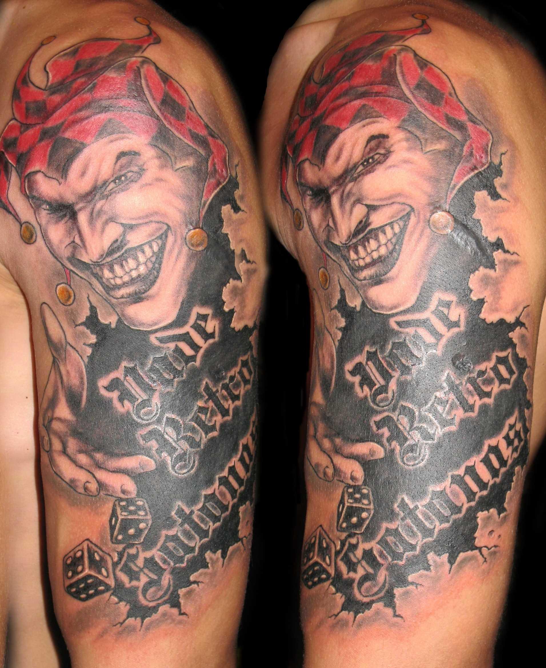 Tatuagem de palhaço, com a inscrição no ombro do cara