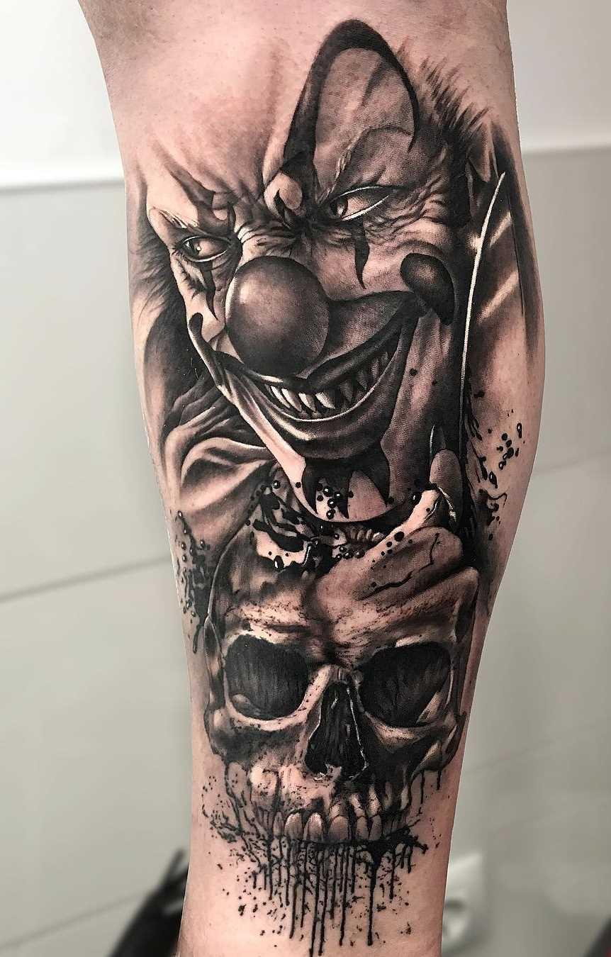 Tatuagem de palhaço com uma caveira sobre a perna de homens