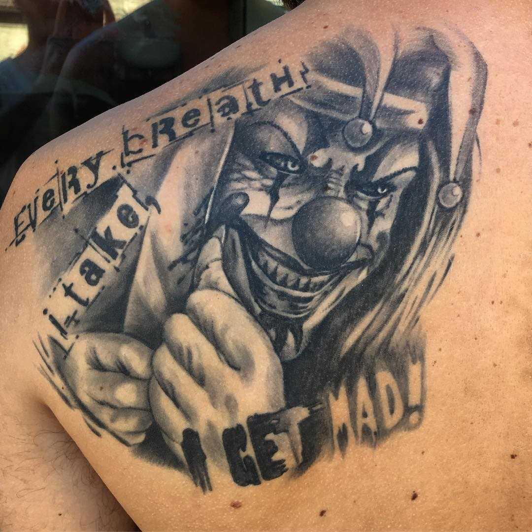 Tatuagem de palhaço com uma faca blade homens