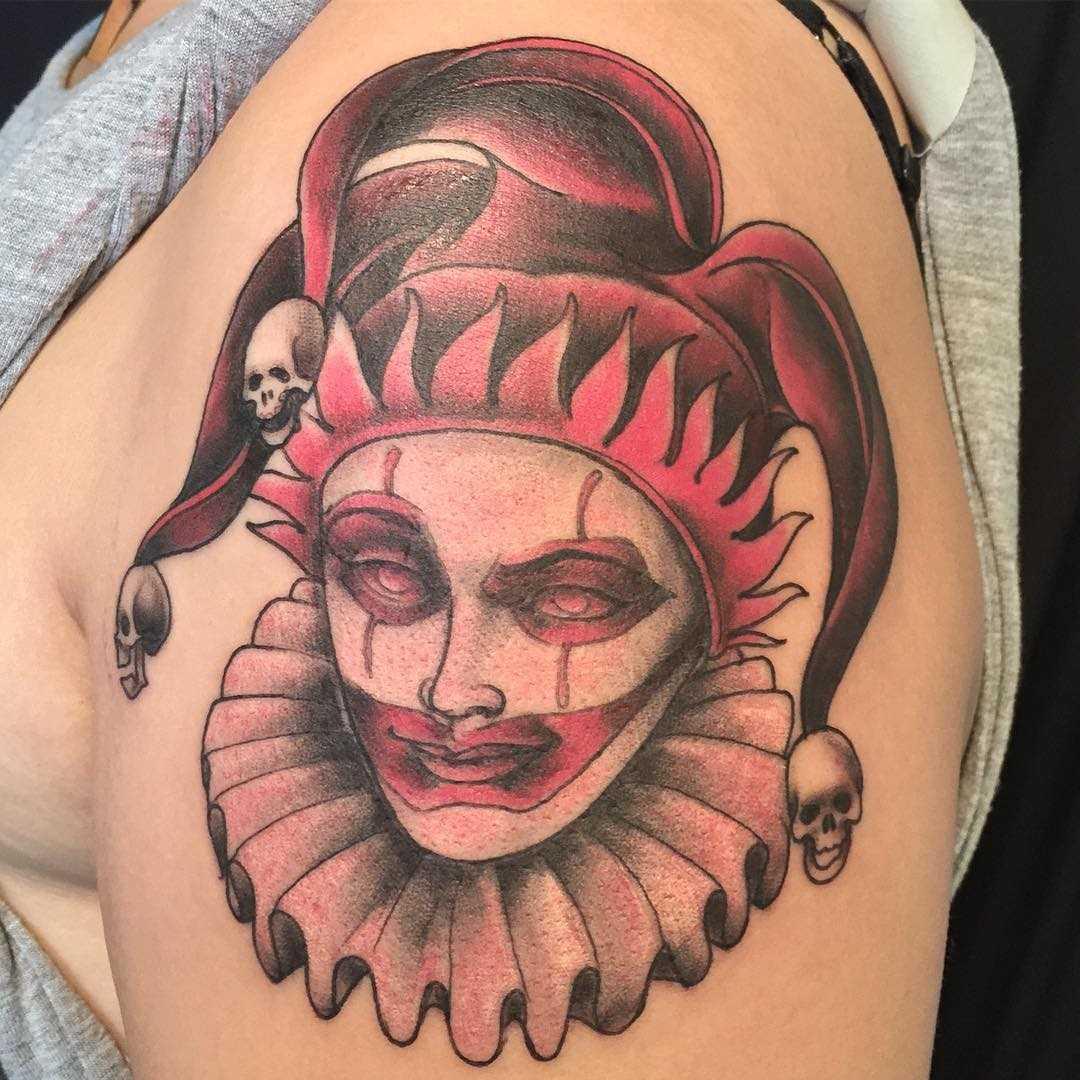 Tatuagem de palhaço no ombro da menina