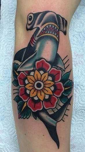 Tatuagem de peixe-martelo sobre a perna da menina