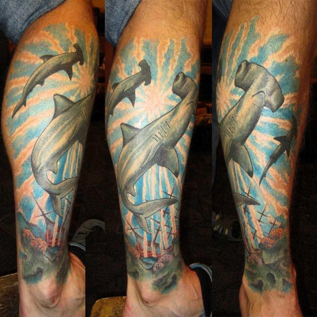 Tatuagem de peixe-martelo sobre a perna de homens