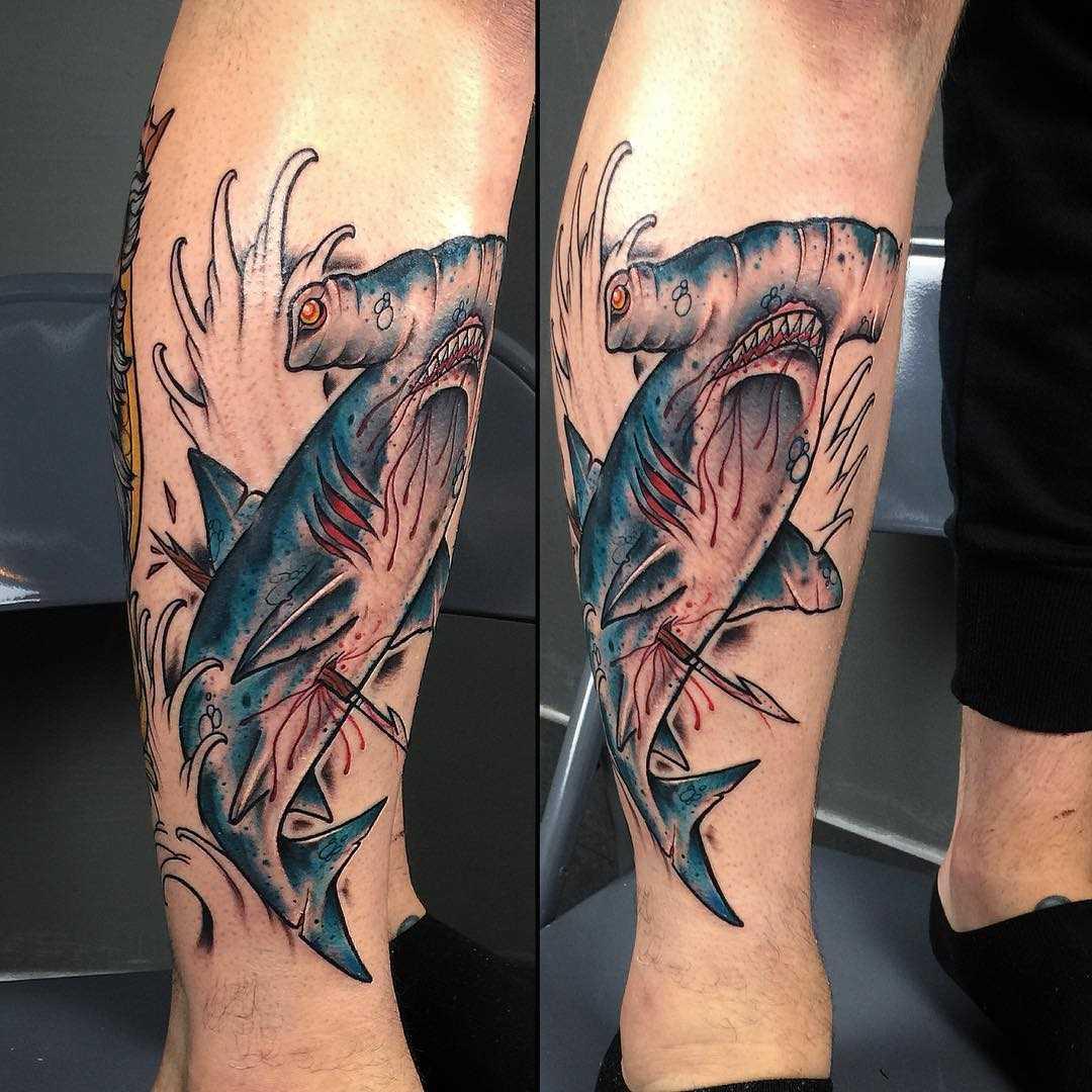 Tatuagem de peixe-martelo sobre a perna de um cara