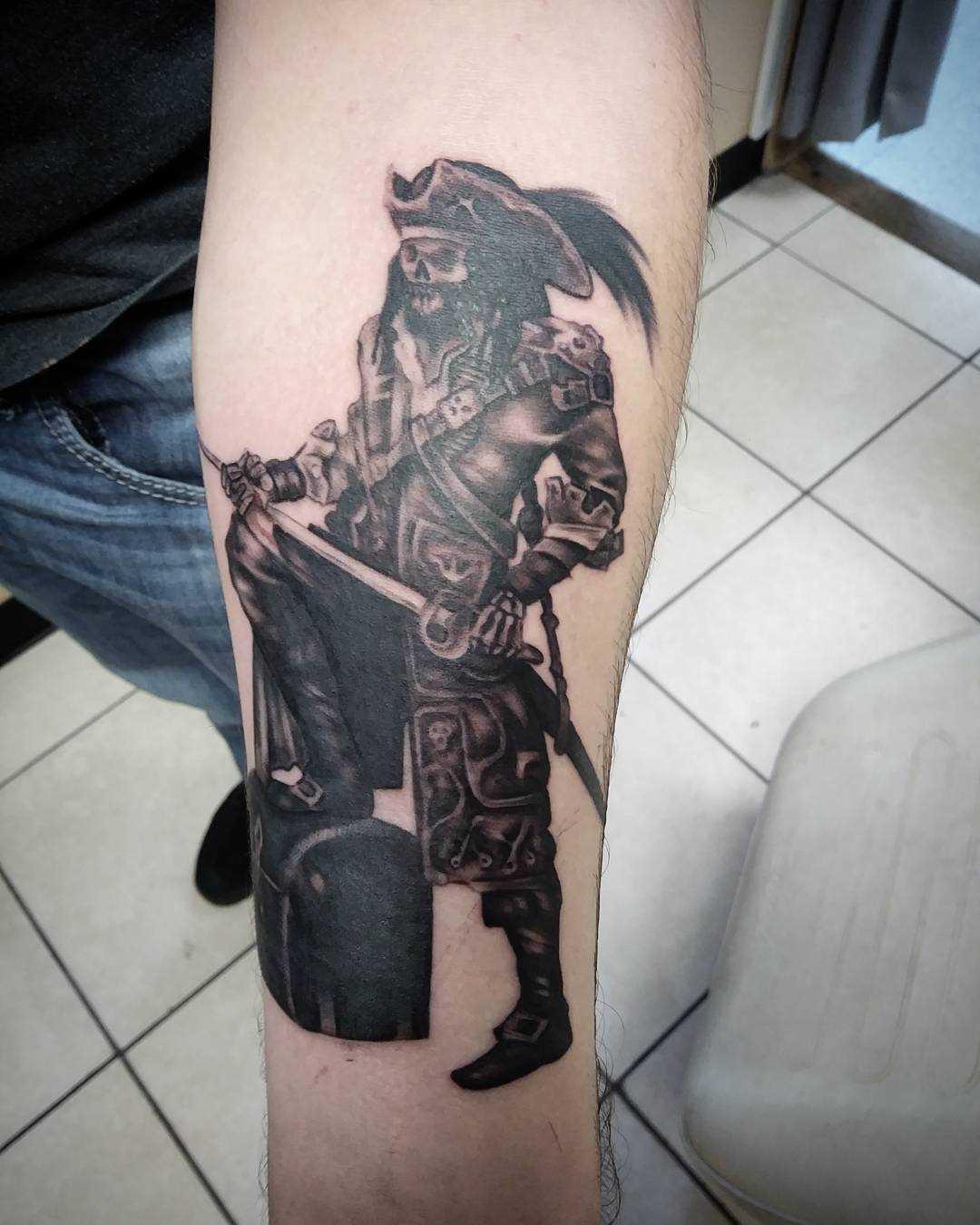 Tatuagem de pirata no antebraço homens