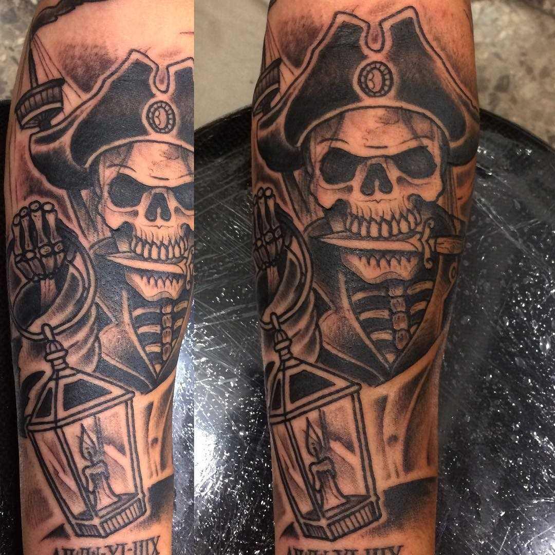 Tatuagem de pirata no ombro de homens