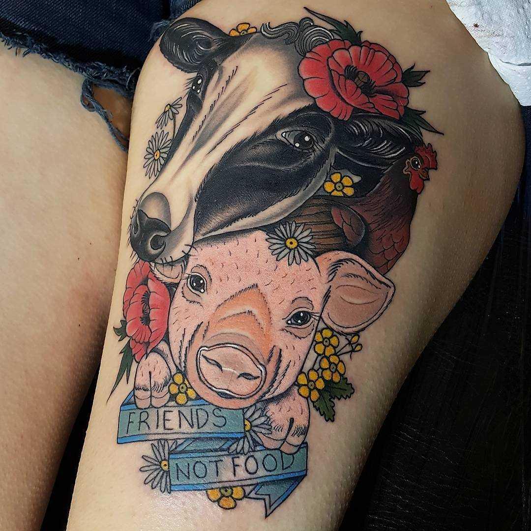 Tatuagem de porco e de vaca no quadril da menina
