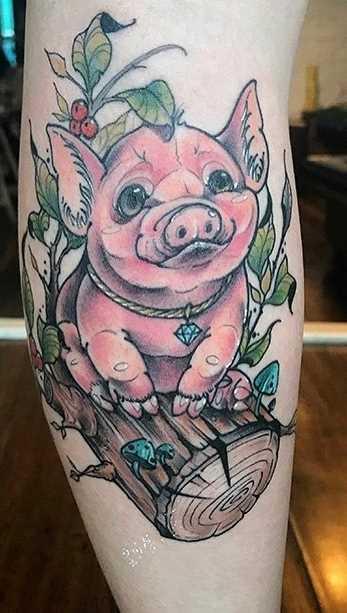Tatuagem de porco na trave sobre a perna da menina