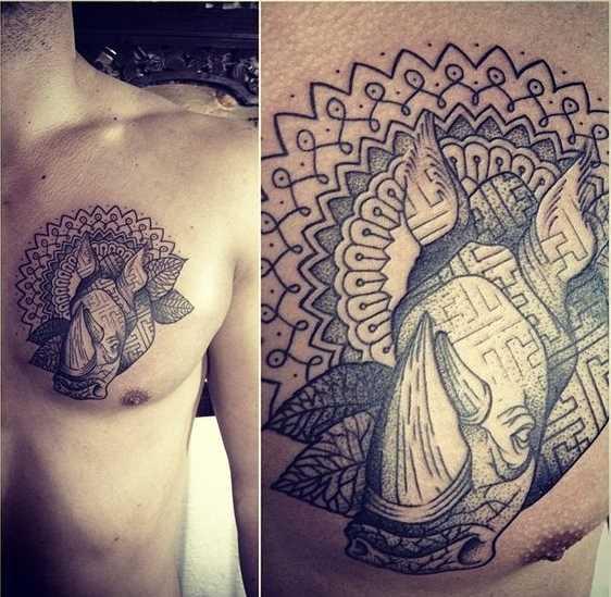 Tatuagem de rinoceronte com padrões na cara no peito